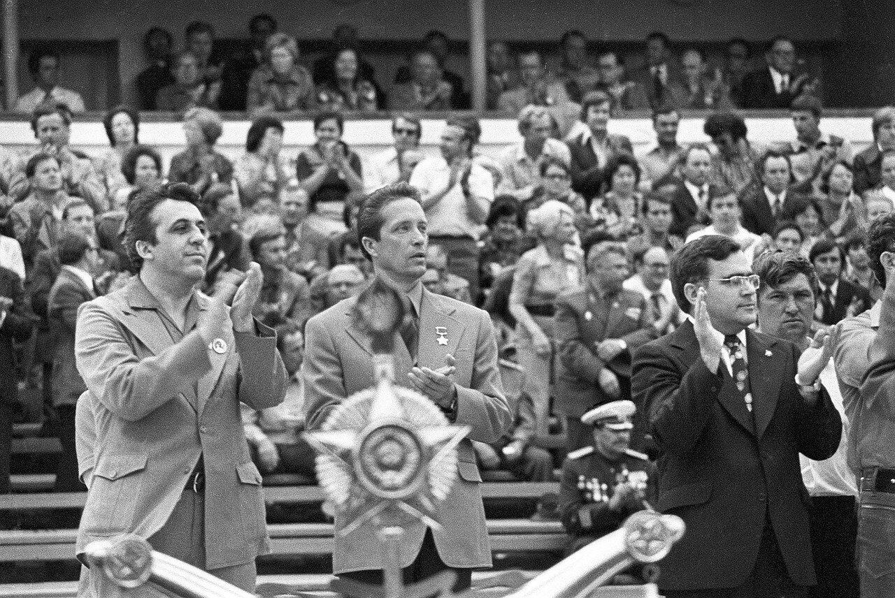 Официальные немецкие представители, в том числе Эгон Кренц (слева)  аплодирует на церемонии открытия Фестиваля