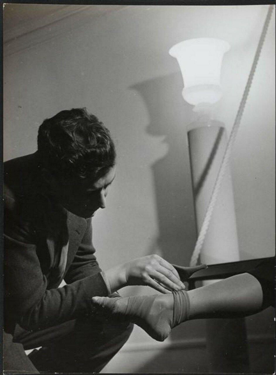 1937. Роже Вивье измеряет лодыжки