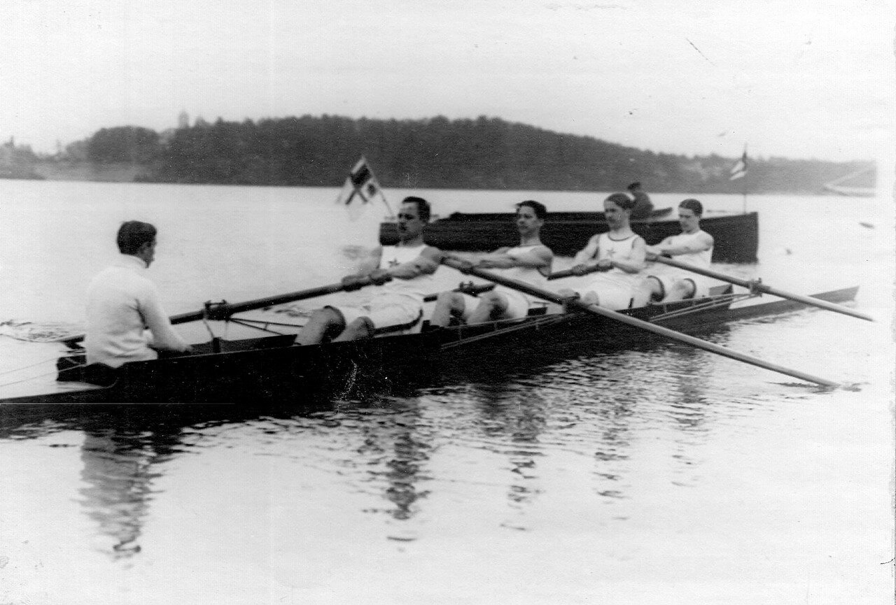 22. Члены гребного кружка в лодке