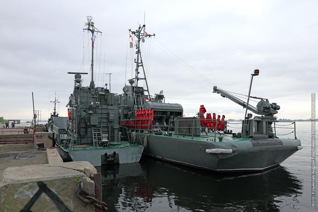 Рейдовый тральщик и десантный катер в речном порту Волгограда