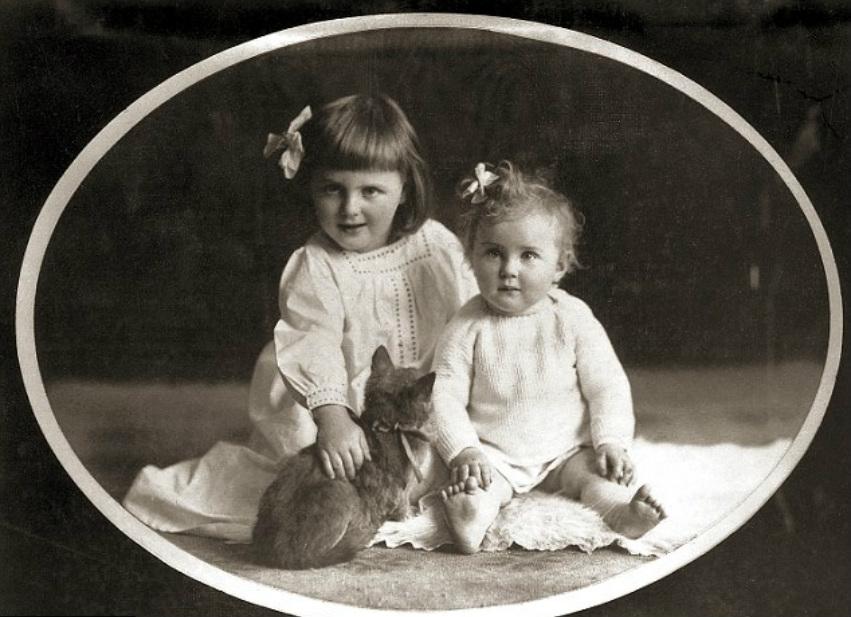 Сёстры Ева(1912-1945) и Ильза Браун,(1909 – 1979). Фота сделана в 1913-ом году.