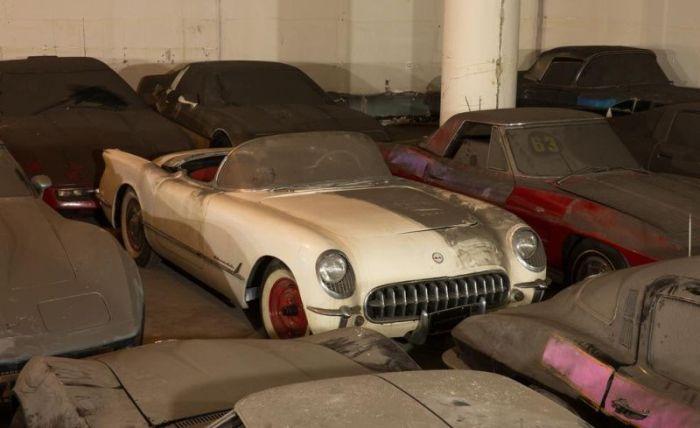 В гараже хранится большое количество старых «Шевроле» 1953—1989 годов