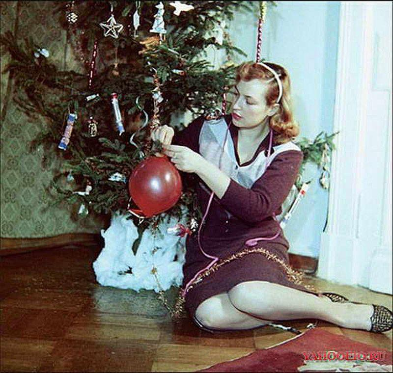 16. Киноактриса Клара Лучко у елки, 1968 год. В-третьих, каждой советской женщине всенепременно треб