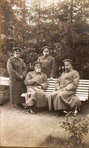 Командующий XII армией генерал от инфантерии В. Н. Горбатовский и состоящие при нём генерал-майор Степанов (сидит), капитан фон Зигер-Корн и корнет Мессинг в парке.