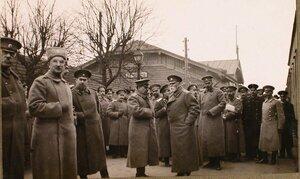 Командующий XII армией генерал от инфантерии В. Н. Горбатовский (в центре на первом плане) в группе офицеров на станции в ожидании императора Николая II и наследника цесаревича Алексея Николаевича, посещавших Рижский