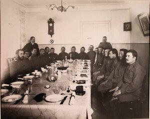 Группа нижних чинов, призреваемых в убежище, в столовой перед обедом.