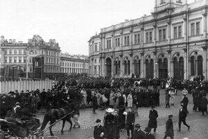 Прибытие отрядов конной полиции на Знаменскую площадь перед Николаевским вокзалом для разгона демонстрации в связи с проводами гроба с телом князя С.Н.Трубецкого.