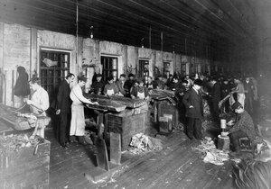 Рабочие в цехе за работой.