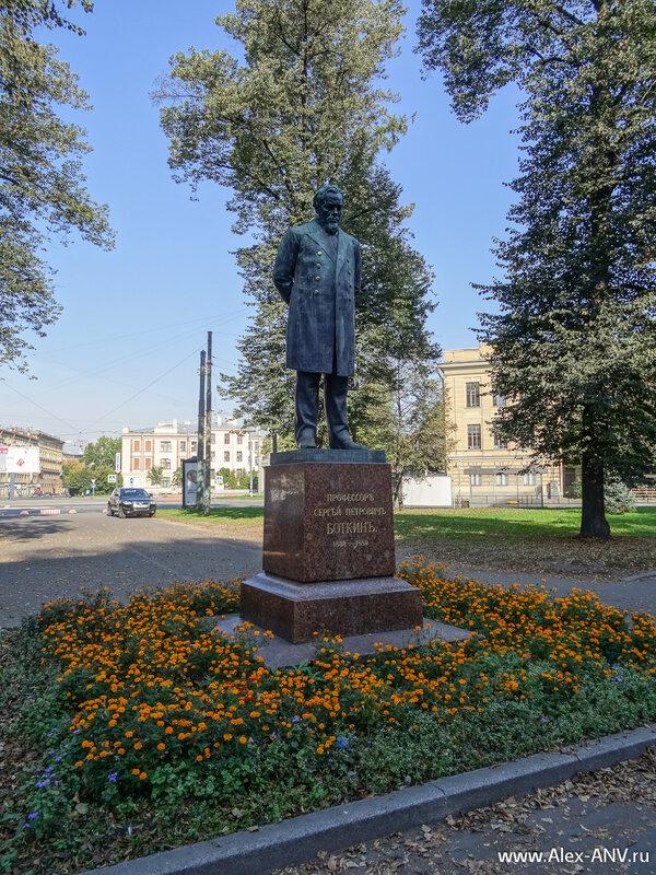 А это памятник профессору Боткину