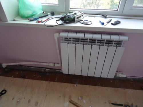 Радиатор обвязали, установили и подключили к системе отопления
