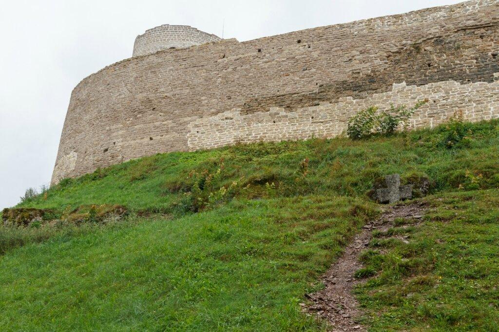 Северная стена Изборской крепости и памятный крест