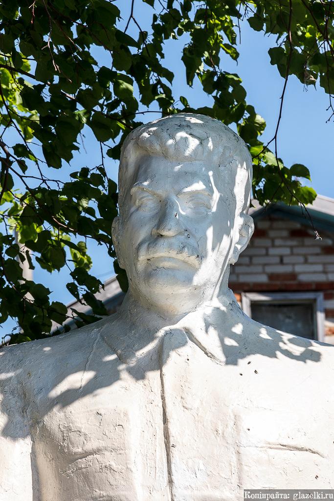 Памятник Сталину в селе Лашманка