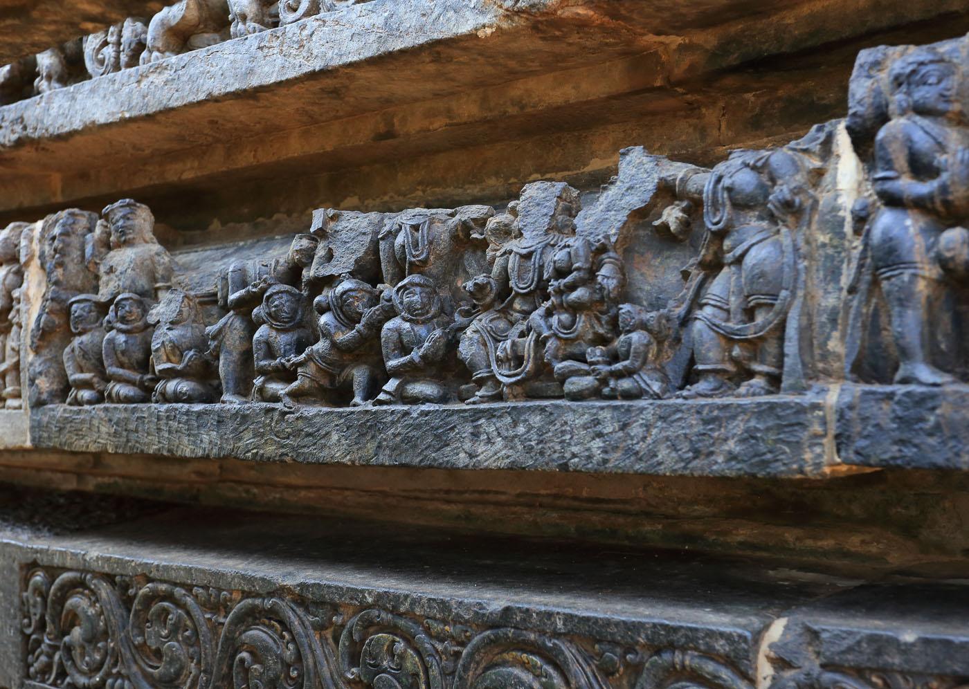 Фотография 17. Космонавты в скафандрах на древних барельефах в Индии.