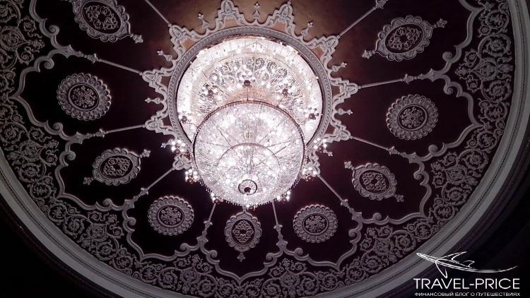 потолок и люстра в театре оперы и балета Казань