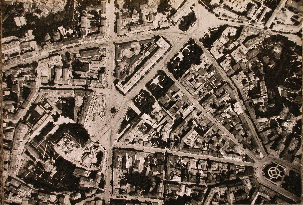 37. Вид центральной части города (снимок с самолета); слева - Софийская площадь и собор