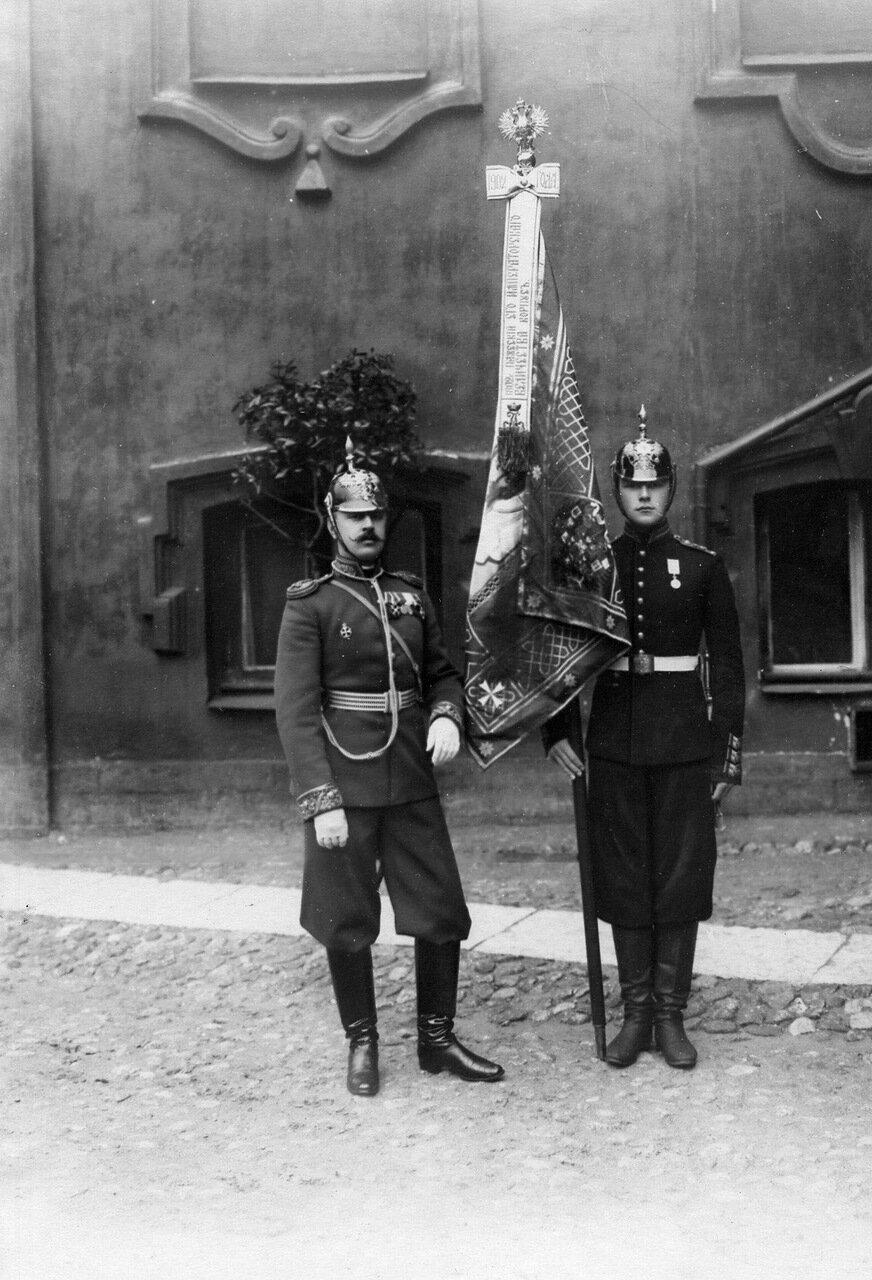 18. Офицер и паж со знаменем корпуса