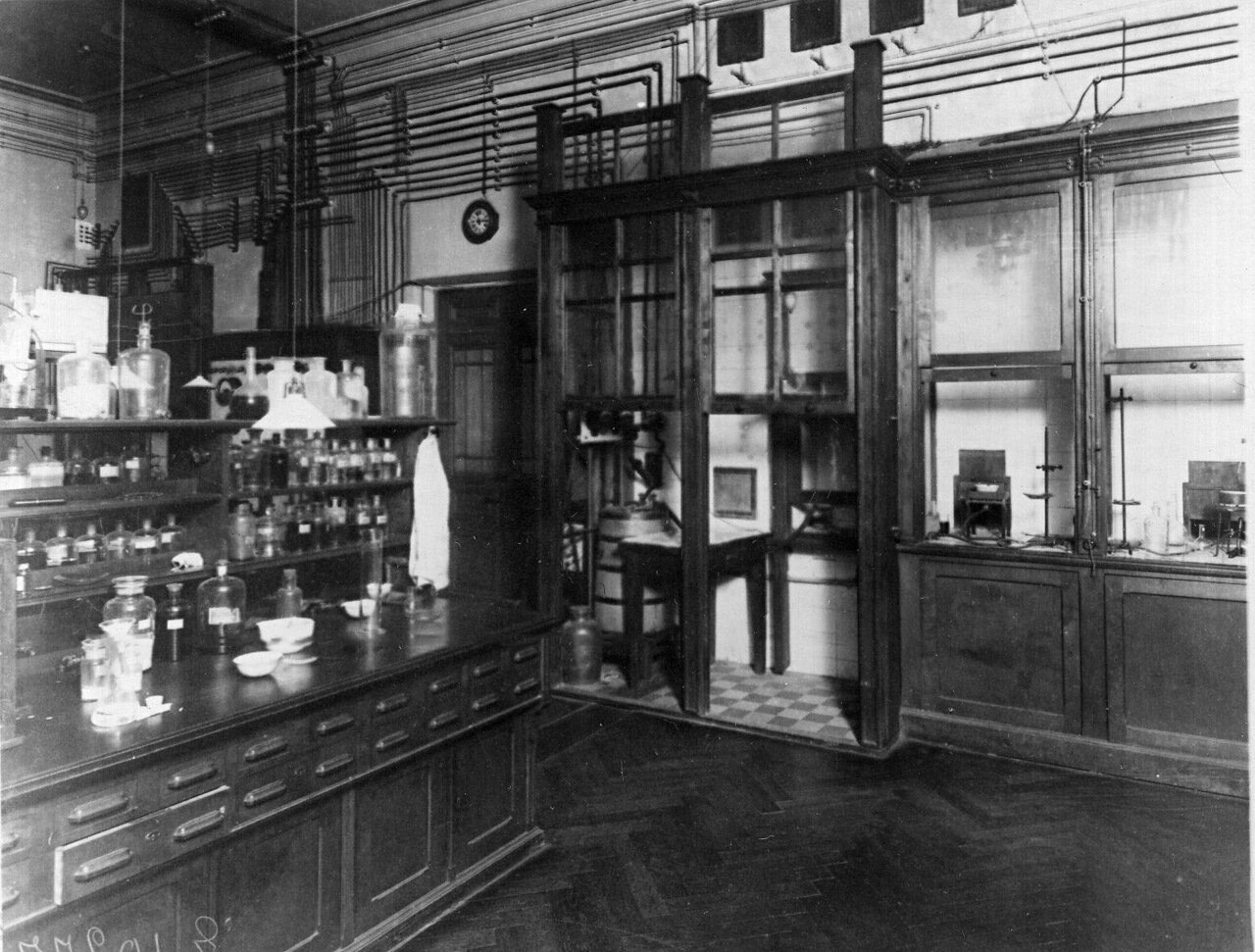 48. Лаборатория института