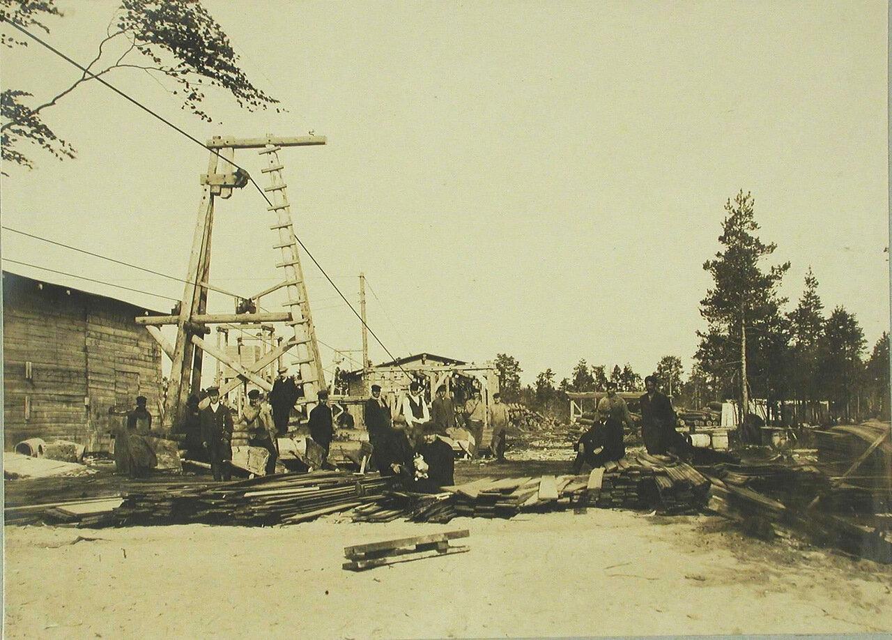 16. Инженеры и рабочие во время строительства подвесной дороги