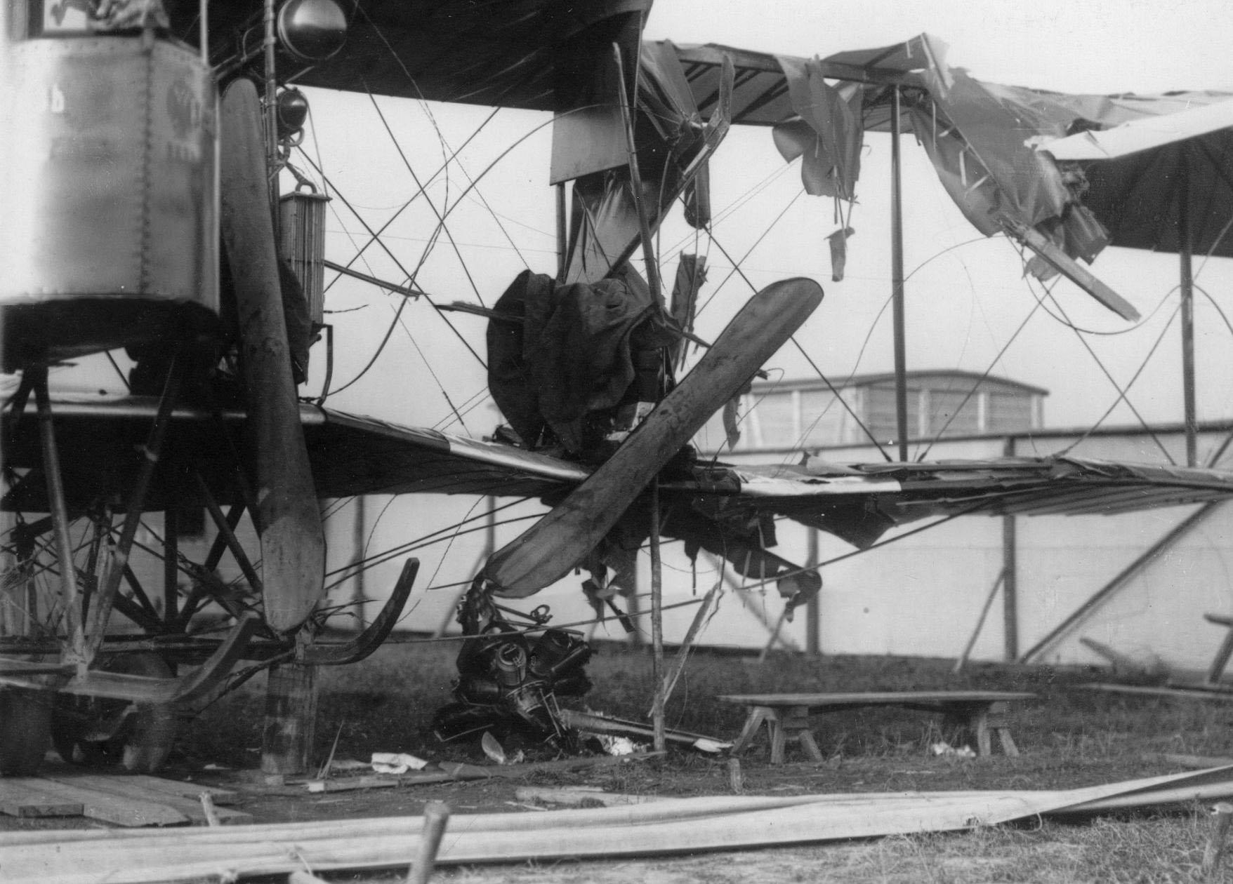 22. Обломки аэроплана «Русский витязь», потерпевшего аварию. (На него упал мотор, оторвавшийся в воздухе с самолета). 1 сентября 1913