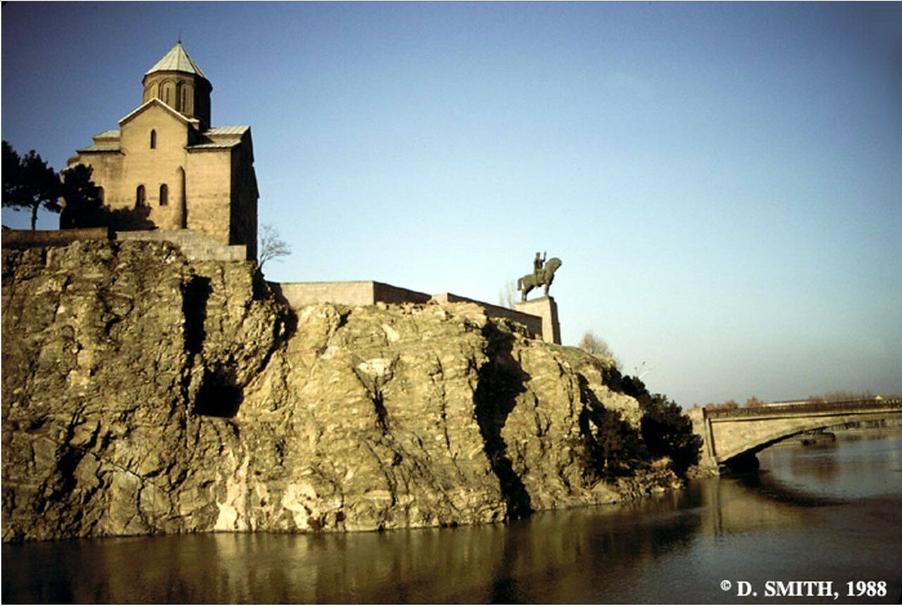 Тбилиси. Церковь Метехи и статуя царя Вахтанга I Горгасали на берегу реки Кура