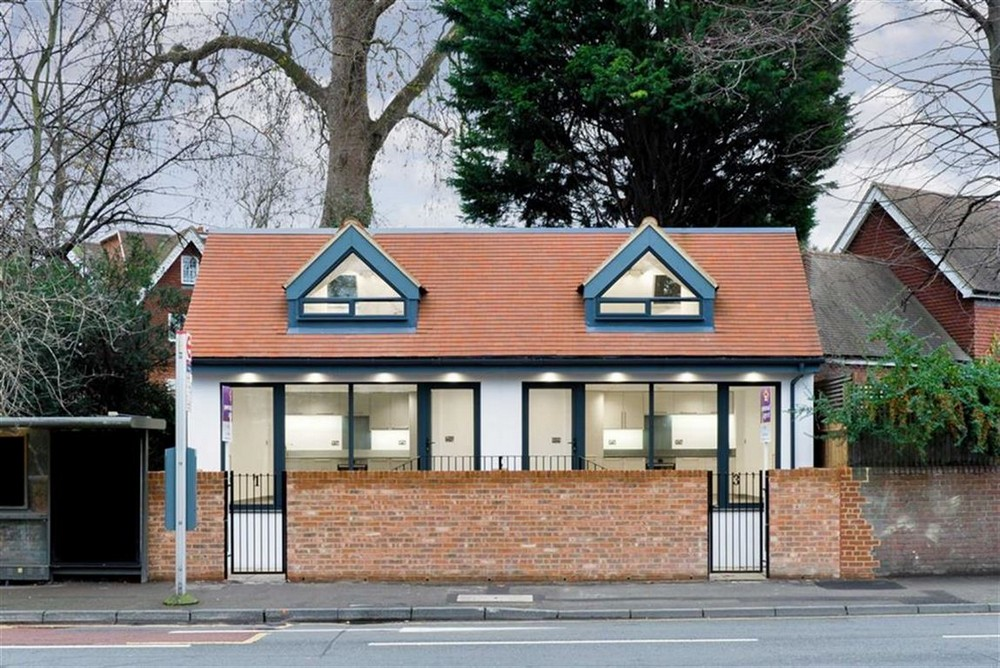 Современный двухквартирный дом в Великобритании, переделанный из общественного туалета