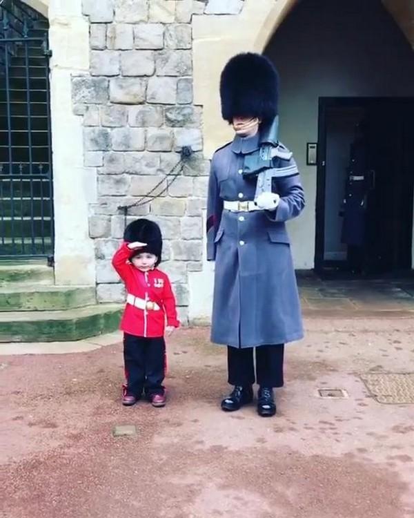 Трогательное видео мальчика с гвардейцем