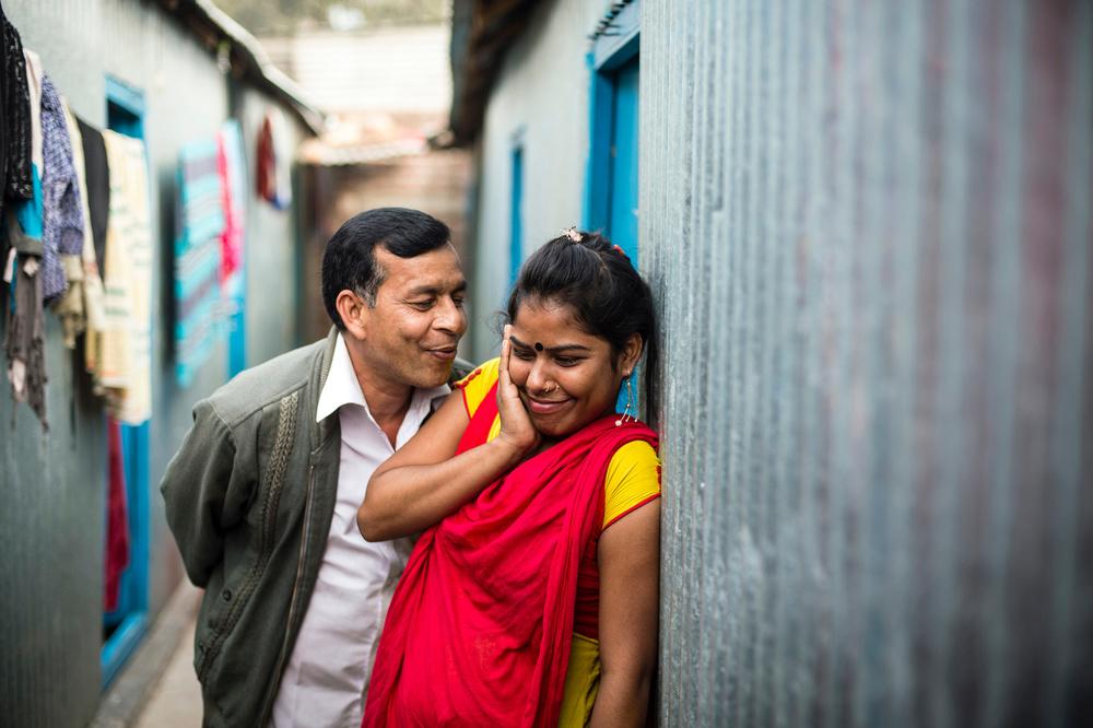 Клиент пытается поцеловать 19-летнюю Прию в щеку. В «Кандапаре» Прия работает с 17 лет.