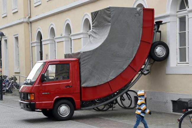 Инспектор выписал талон за парковку в неположенном месте... творению Эрвина Вурма. Австрийский худож