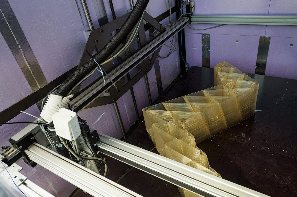 Материал, из которого сейчас печатают дома. Состав я не знаю, какой-то пластик на основе биоотх