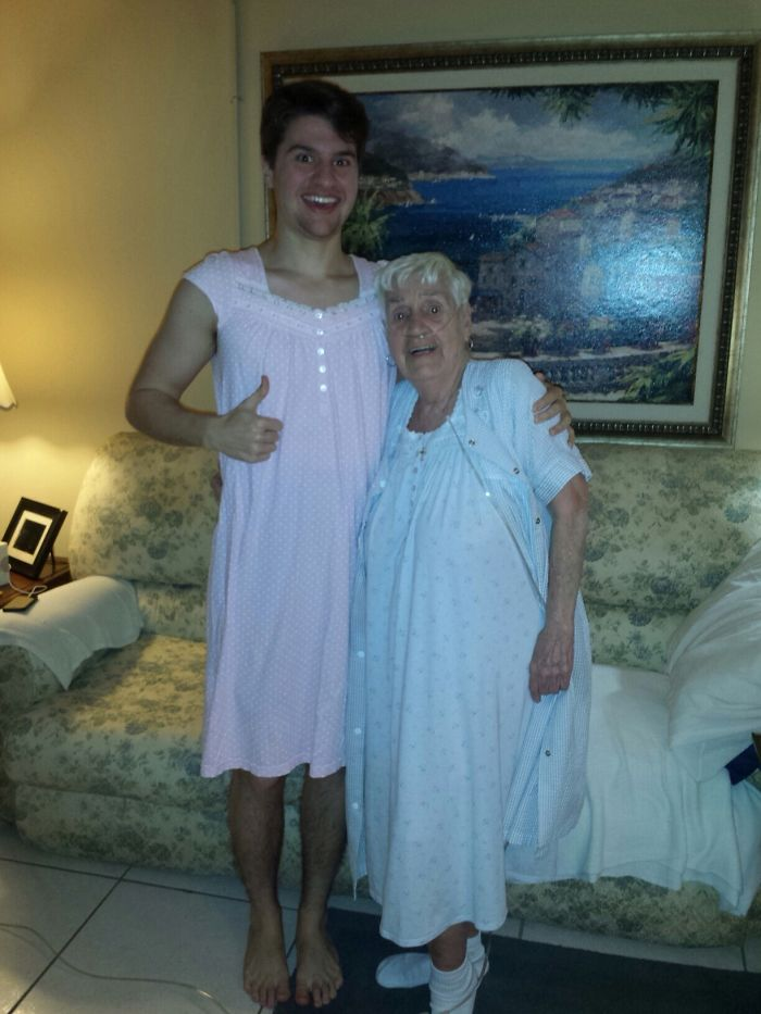 «Моя 84-летняя бабушка извинилась за то, что ходит перед нами в ночной рубашке. Я сказал, что ничего