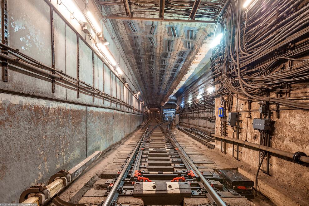 3. Камеры съездов были построены вокруг действующего тоннеля без прекращения движения поездов.