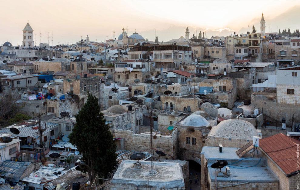 Центр старого города разделен на две части, еврейская и арабская. Внутри города есть КПП его охраняю