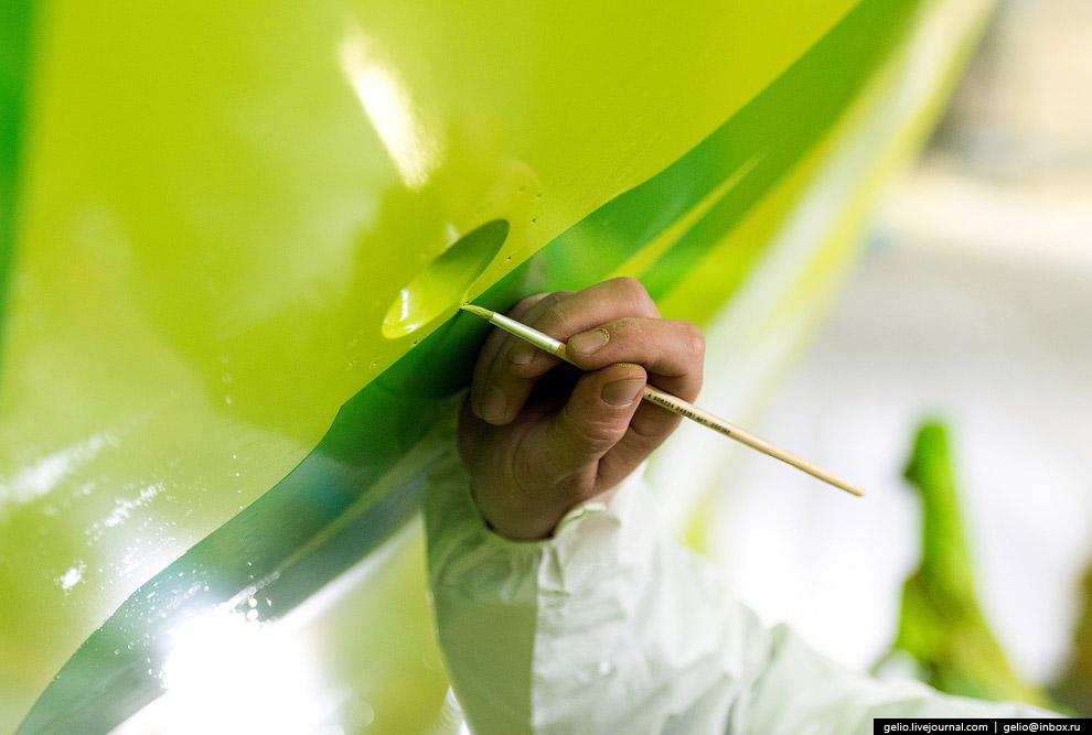 16. Покраска самолётов производится в цехах круглосуточно сменными бригадами. Остановки случаются ли