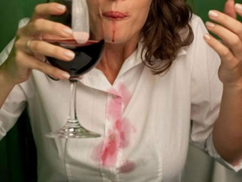 Белое вино нейтрализует пятна от красного вина. Да-да, вы все прочитали правильно. Если на вечеринке