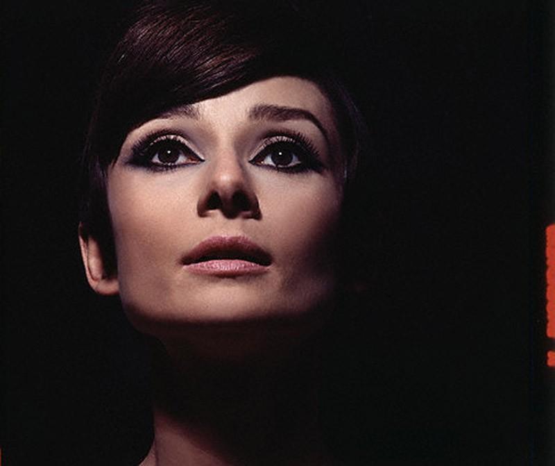 18. И даже в характерном для 60-х обильном макияже Одри выглядит легко и возвышенно.