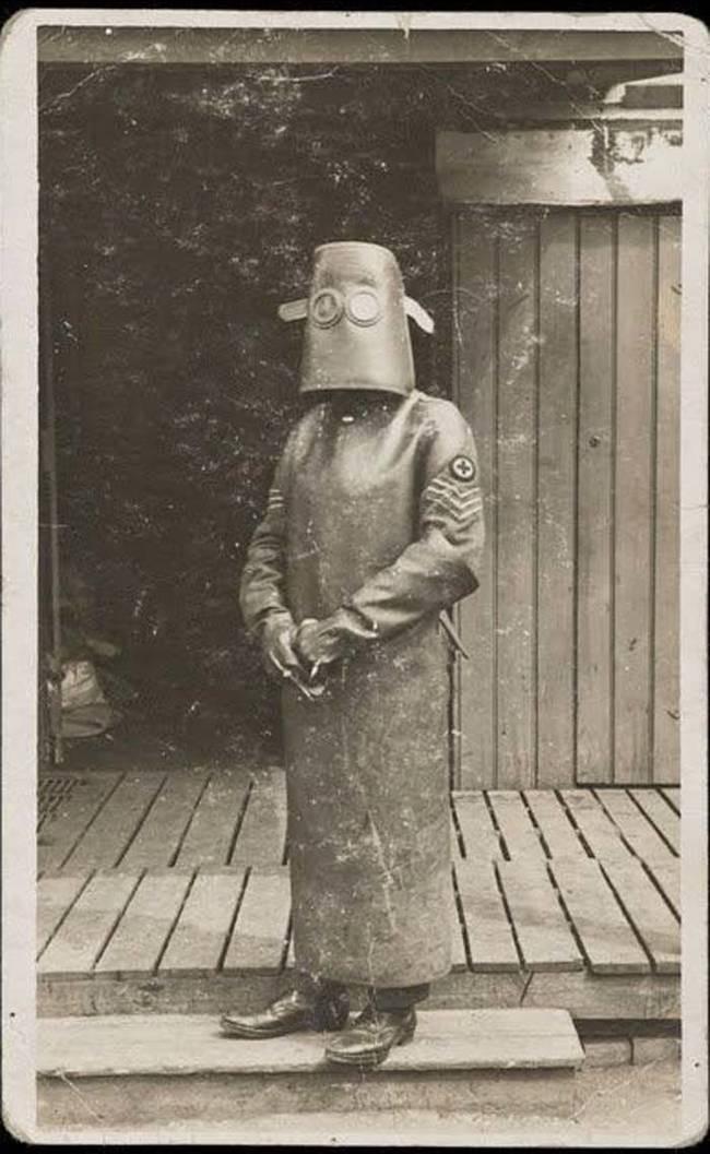 2. Костюм медработника из рентген-кабинета, предположительно 1918 год.