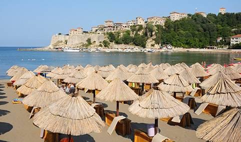 Ульцинь — самый южный курорт Черногории. Это типичный прибрежный городок, с бухтой с бирюзовой