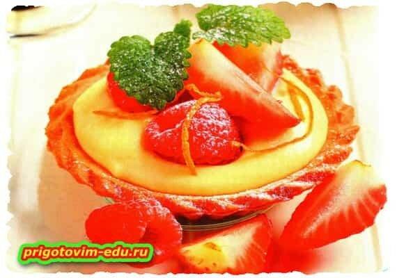 Тарталетки с соусом и ягодами