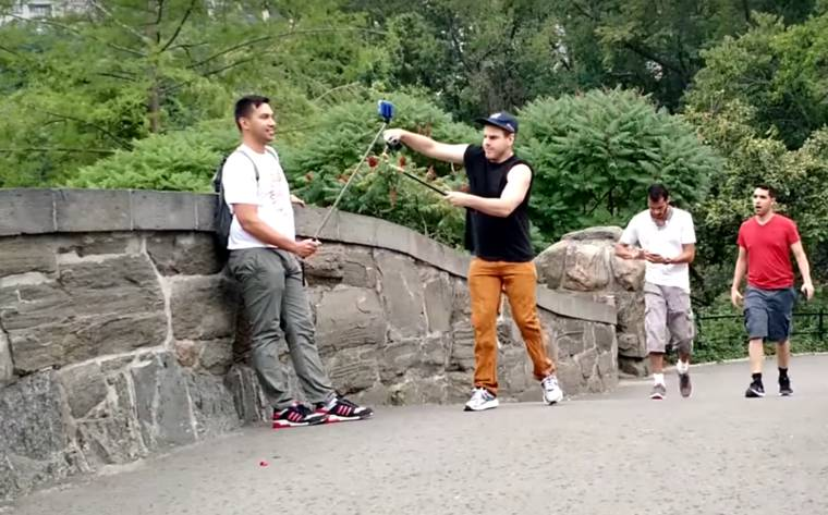 He destroys the selfie sticks of tourists in New York with a branch cutter