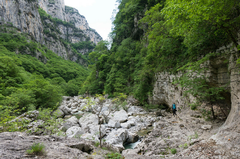 тропа по ущелью Викос (path in Vikos gorge)