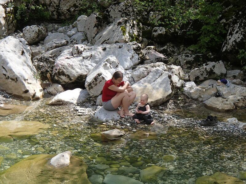 мама и ребенок у реки в походе