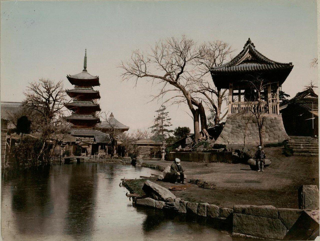 Токио. Квартал Асакуса. Пагода и колокол храма Сэнсо-дзи