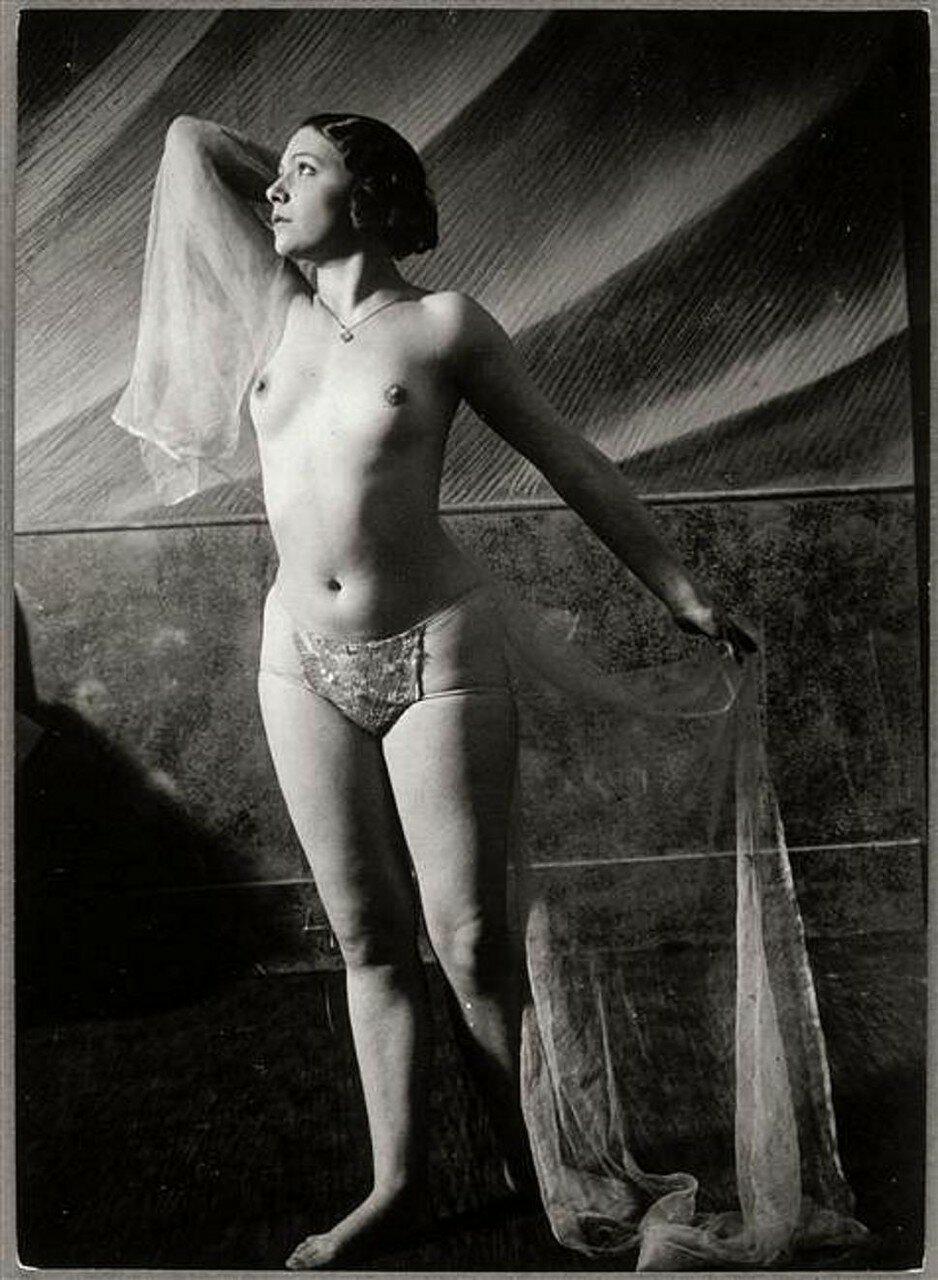 1932. Обнаженная танцовщица