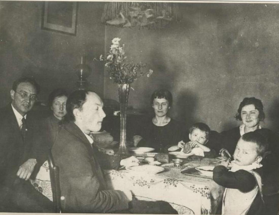 1927. Слева Николай Пунин, Анна Ахматова за столом в центре