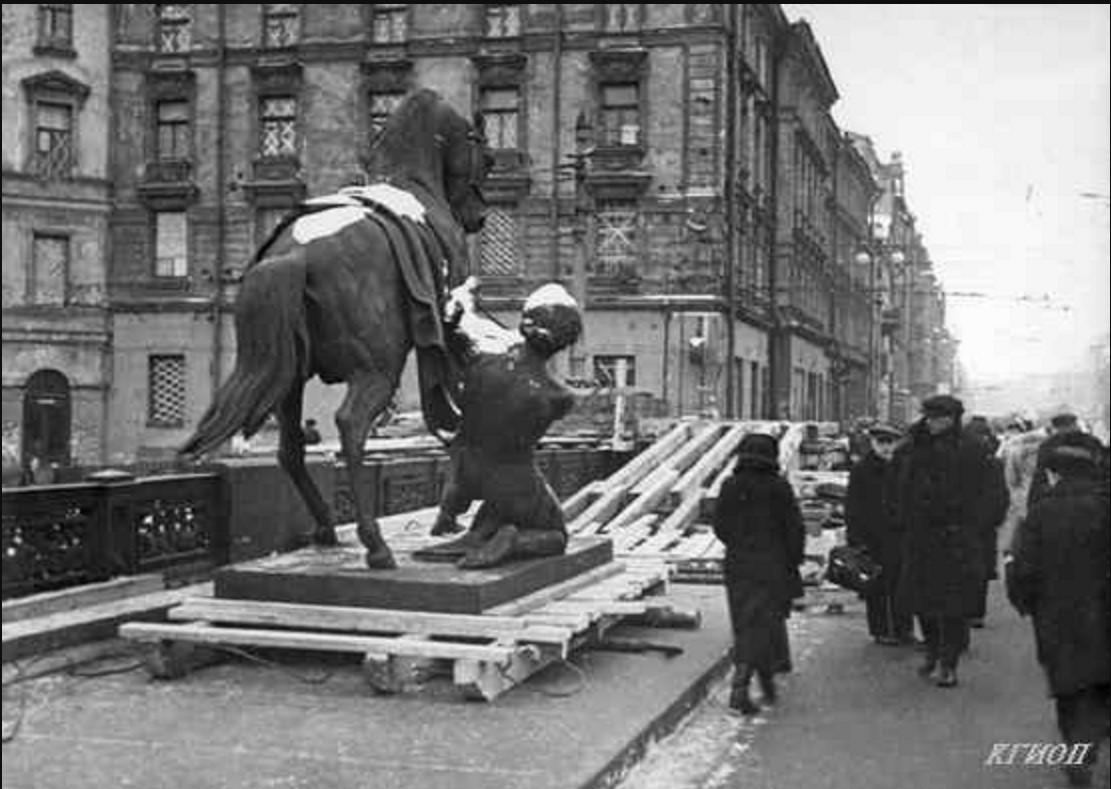 1941. Аничков мост. Снятие скульптурных групп