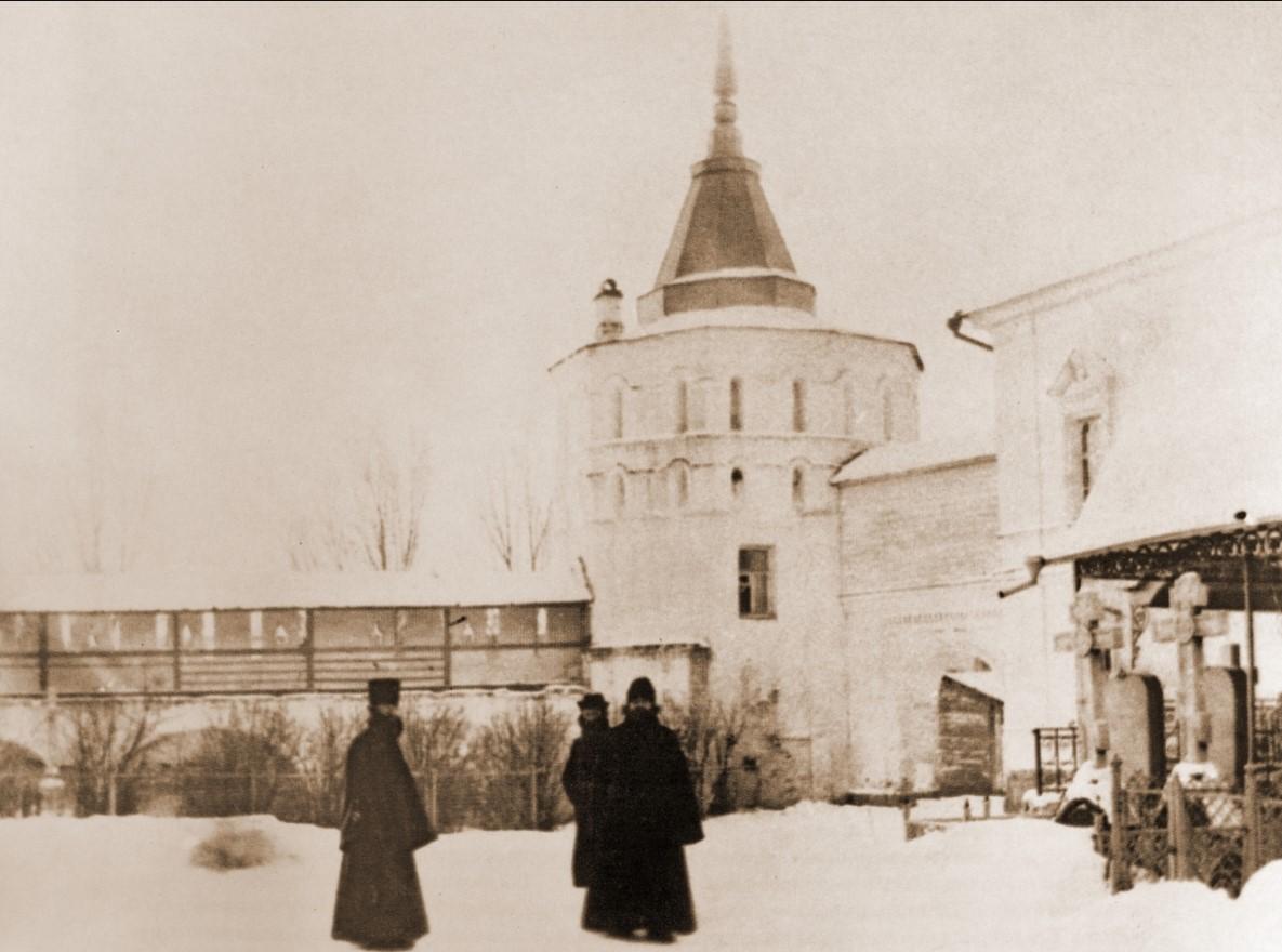 Даниловские монахи у нового здания братского корпуса. Фотография начала XX в.