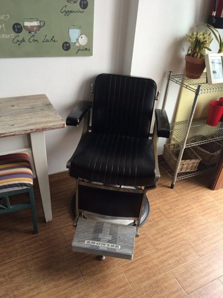В этом баре микроскопический стол вплотную примкнул к стене, а рядом с ним поставили старое кресло и