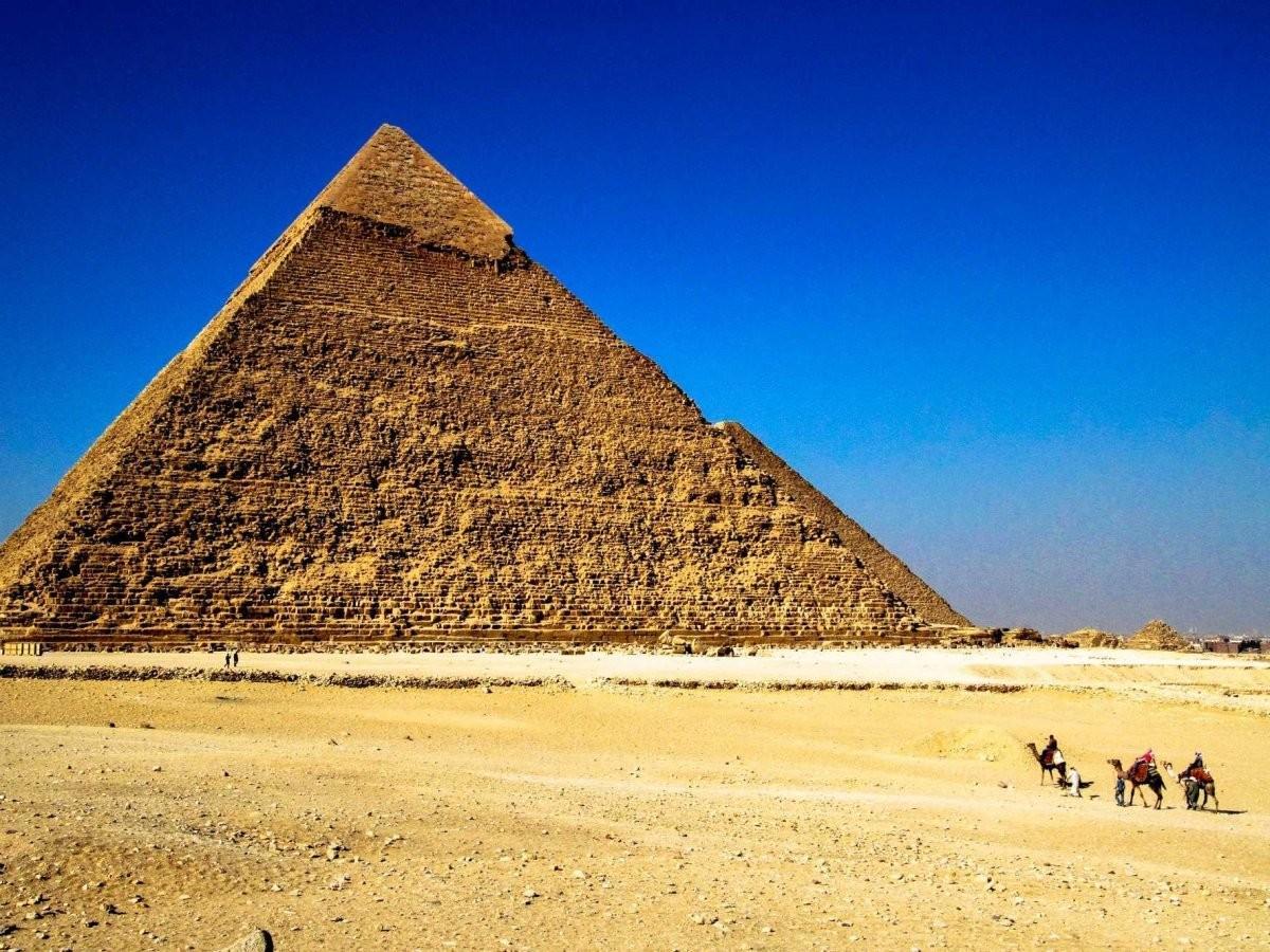 68. Полюбуйтесь великими пирамидами Гизы за пределами Каира, Египет.