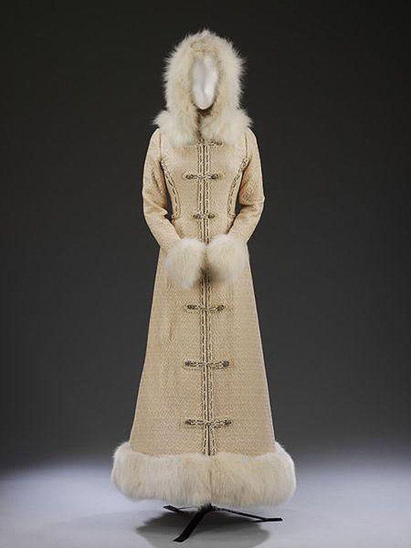 64. 1968 г. Англия. Свадебное пальто, вдохновением для которого послужила форма русских офицеров.