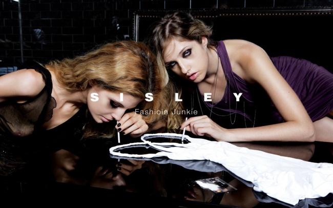 «Модный наркоша» Напринтах изображены девушки, одурманенные одеждой Sisley так, как будто это нарко